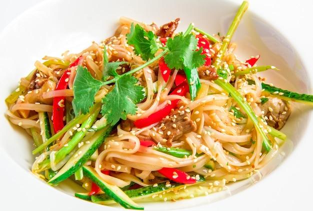 Spaghetti di riso panasiatici con carne di manzo, verdure, germogli di soia in salsa agrodolce Foto Gratuite