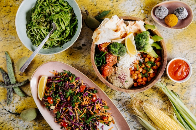 Spaghetti, insalata di verdure e piatto principale, con verdure e biscotti. Foto Gratuite