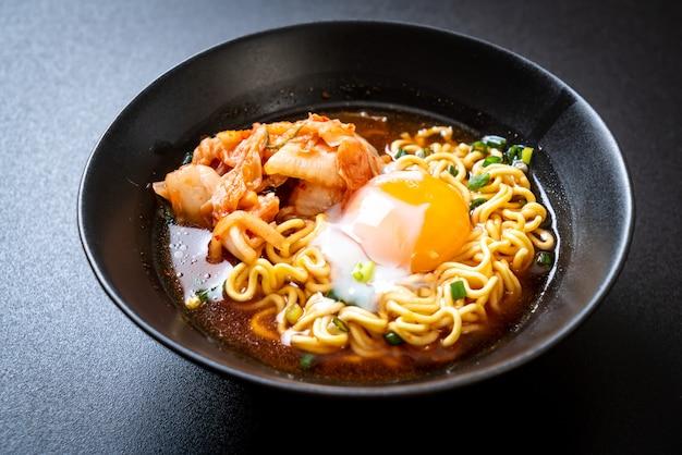 Spaghetti istantanei coreani con kimchi e uova Foto Premium
