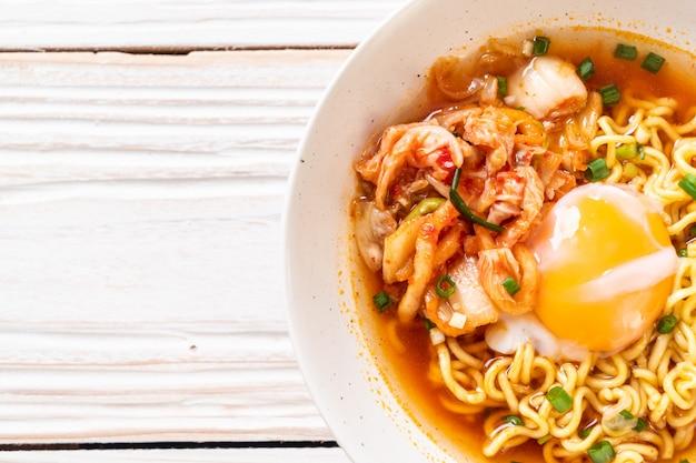 Spaghetti istantanei coreani con kimchi e uovo Foto Premium