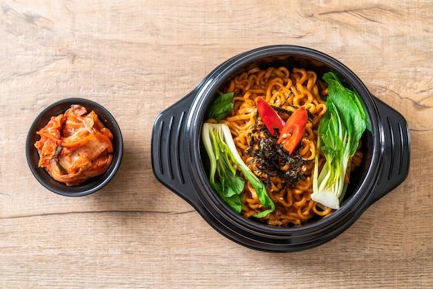 Spaghetti istantanei coreani con verdure e kimchi Foto Premium