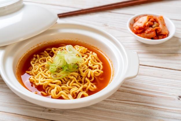 Spaghetti istantanei coreani piccanti con kimchi Foto Premium