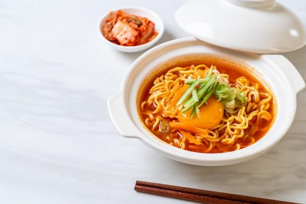 Spaghetti istantanei coreani piccanti con uovo, verdura e kimchi Foto Premium