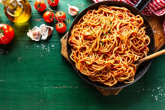 Spaghetti italiani con salsa di pomodoro in padella Foto Premium