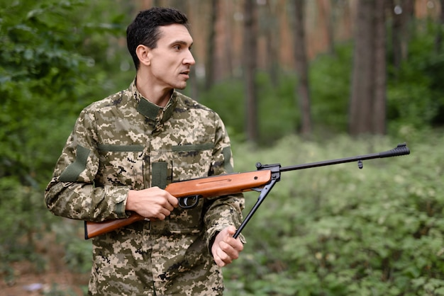 Sparatutto maschile con stagione di caccia al fucile nel bosco. Foto Premium