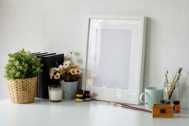 Spazio di lavoro confortevole con cornice per poster mockup e spazio per copiare. Foto Premium