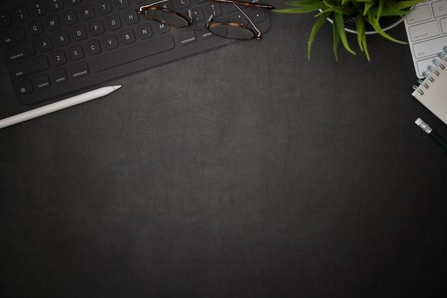 Spazio di lavoro creativo di scrivania in pelle nera per ufficio e spazio di copia Foto Premium