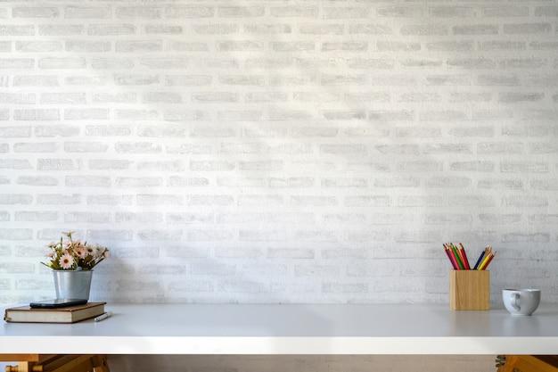 Spazio di lavoro tavolo bianco con forniture e spazio per copiare. Foto Premium