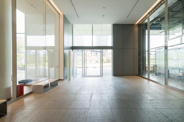Spazio interno, pareti bianche e finestre di vetro Foto Premium