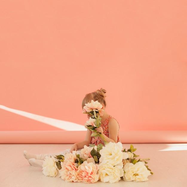 Spazio timido della copia del fiore della tenuta del bambino Foto Gratuite