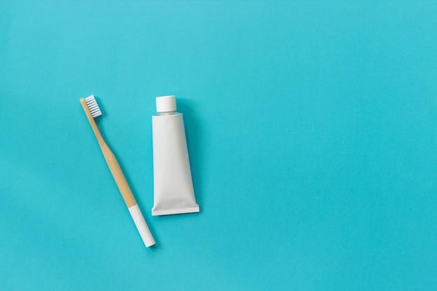 Spazzola di bambù naturale eco-compatibile con setole bianche e tubetto di dentifricio. impostare per il lavaggio Foto Premium