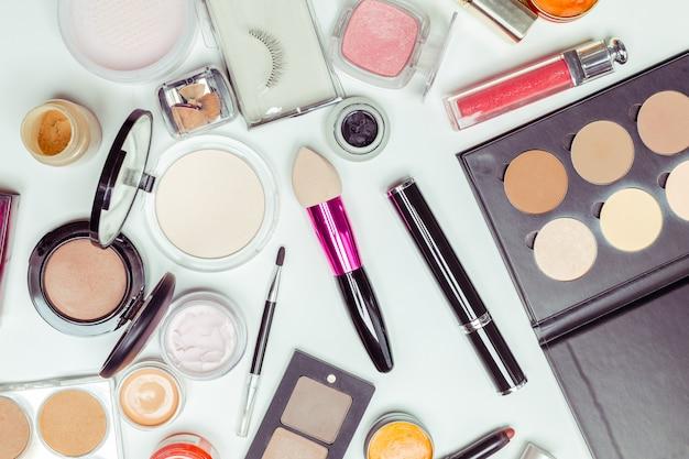Spazzola e cosmetico isolato su un bianco. vista dall'alto. Foto Premium