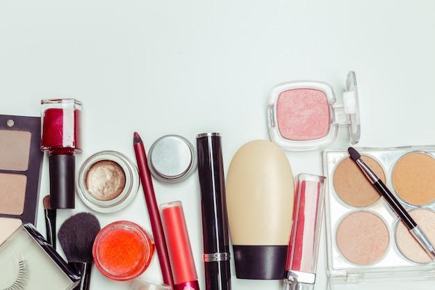 Spazzola e cosmetico isolato su uno sfondo bianco. vista dall'alto. Foto Premium