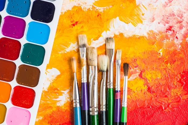 Spazzole vicino all'acquerello sulla pittura Foto Gratuite