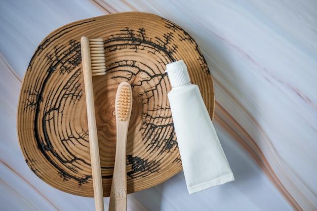 Spazzolini da denti in bambù con dentifricio naturale Foto Premium
