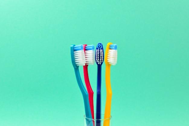 Spazzolini da denti su uno sfondo verde. spazio per testo o design. Foto Premium