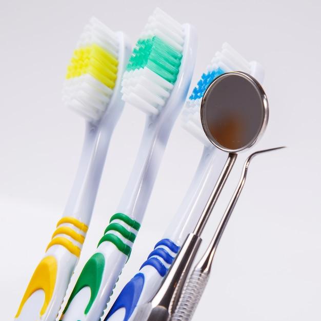 Spazzolini da denti sul tavolo Foto Gratuite