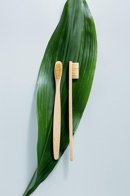 Spazzolini in legno di bambù su pastello Foto Premium