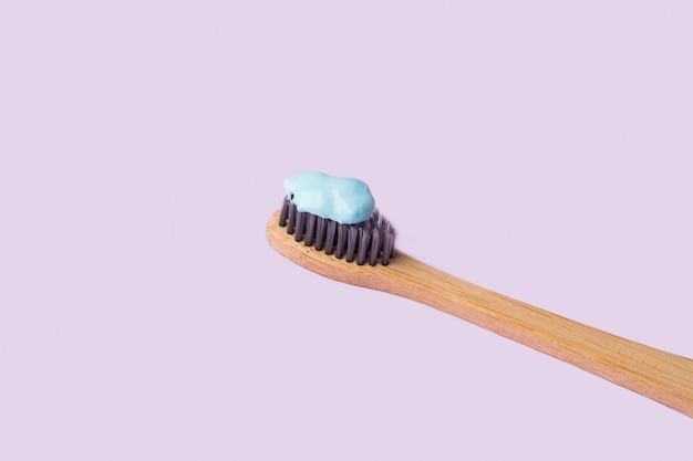 Spazzolino da denti con dentifricio blu su viola Foto Premium