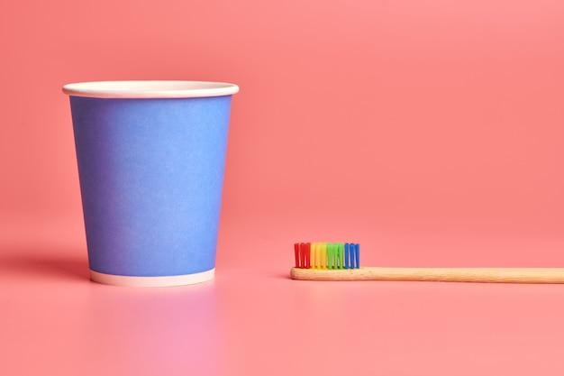Spazzolino da denti e bicchiere di carta in bambù eco Foto Premium
