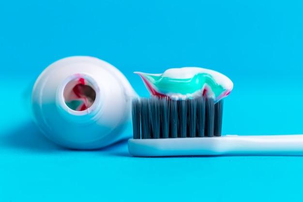 Spazzolino da denti e dentifricio Foto Premium