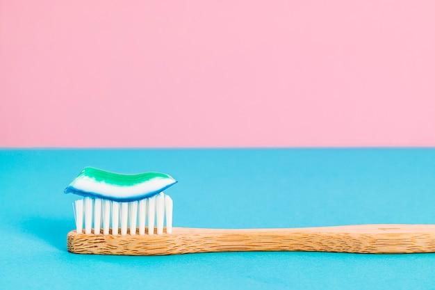 Spazzolino da denti in bambù con dentifricio Foto Premium