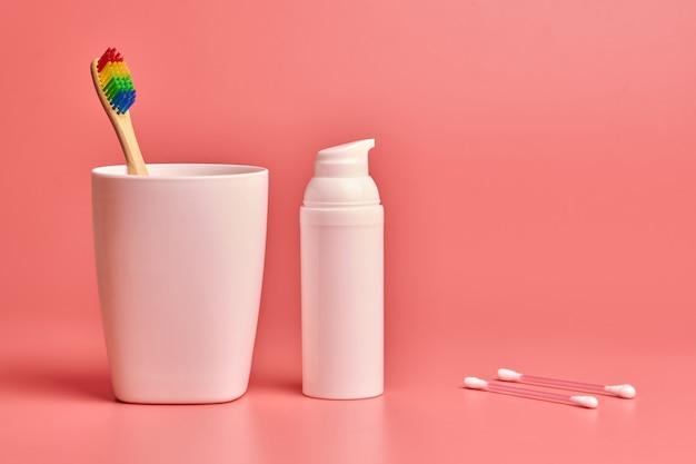 Spazzolino da denti in bambù eco, crema per il viso e bastoncini di cotone. strumenti per la cura personale per proteggere la cavità orale, la cura del viso e delle orecchie Foto Premium