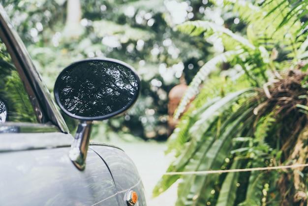 Specchietto retrovisore laterale su auto d'epoca classica Foto Premium