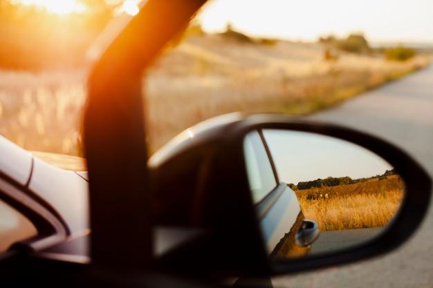 Specchietto retrovisore sullo sfondo tramonto Foto Gratuite