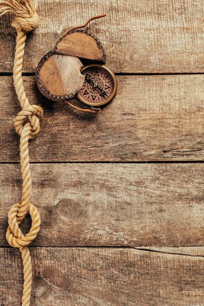 Spedica le corde e la bussola su fondo di legno Foto Premium