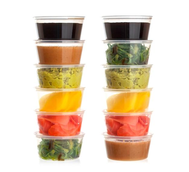 Spezie dei sushi in piccola ciotola su bianco Foto Premium