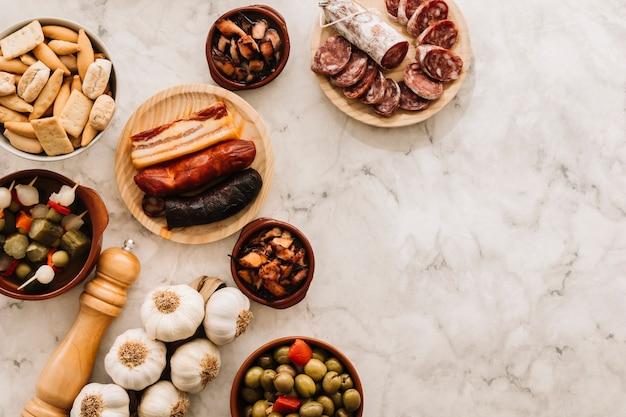 Spezie e cibo assortito su tavolo di marmo Foto Gratuite