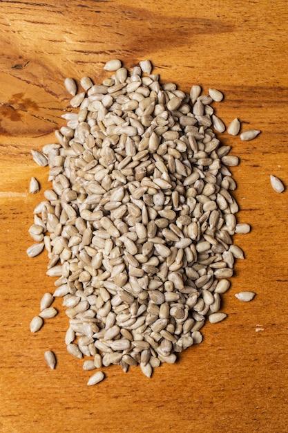 Spezie. mucchio di semi sul tavolo Foto Gratuite