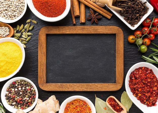 Spezie piatte in polvere allineate sul tavolo Foto Gratuite