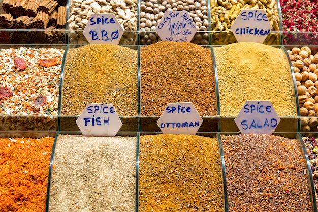 Spezie sul mercato egiziano a istanbul, in turchia. Foto Premium