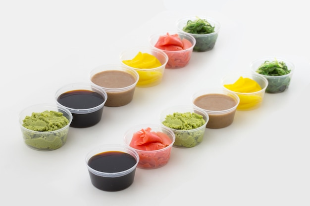 Spezie sushi in piccole ciotole Foto Premium