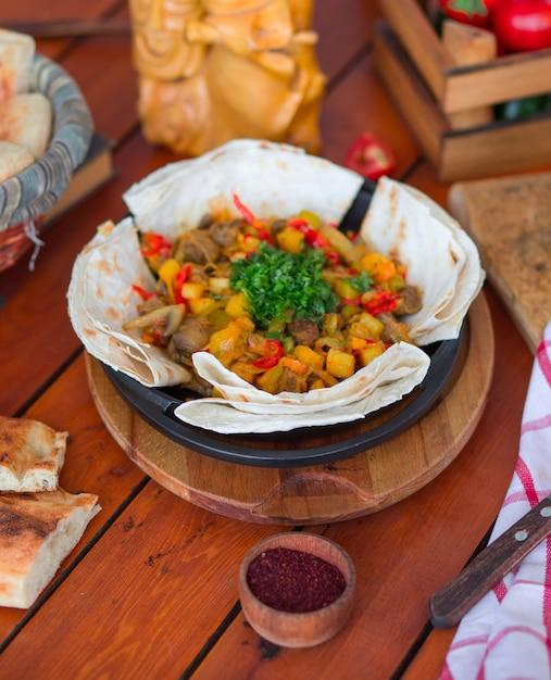 Spezzatino di manzo con patate e verdure tritate servite con lavash. Foto Gratuite