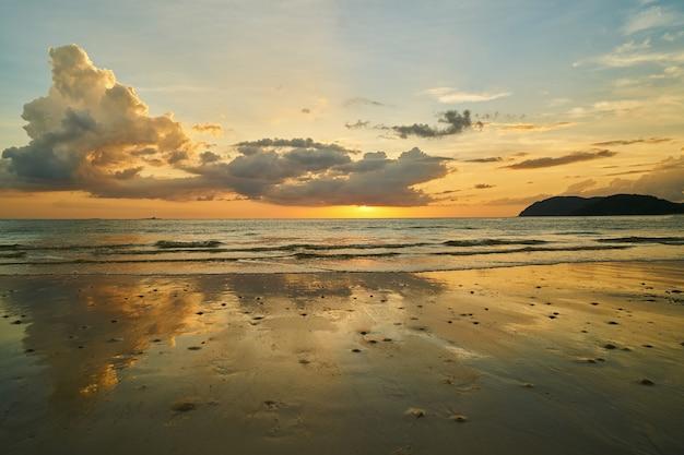 spiaggia al tramonto con le nuvole scaricare foto gratis. Black Bedroom Furniture Sets. Home Design Ideas