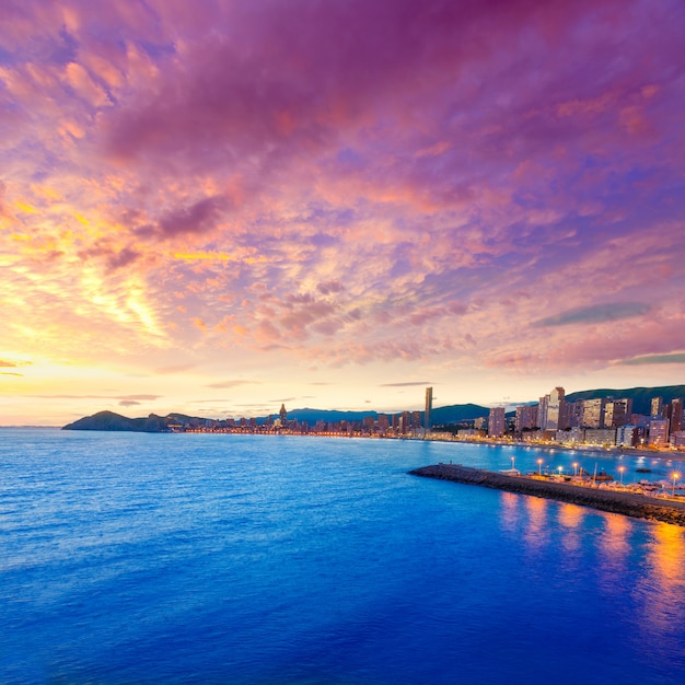 Spiaggia di benidorm alicante tramonto playa de poniente in spagna Foto Premium