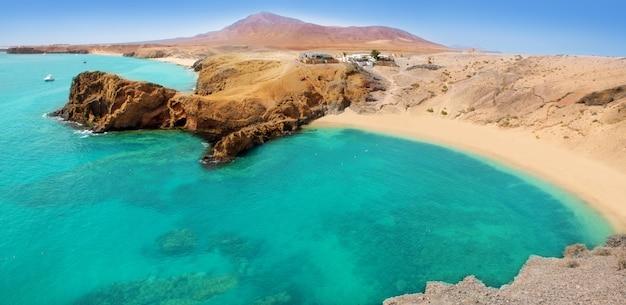 Spiaggia di lanzarote papagayo turchese e ajaches Foto Premium