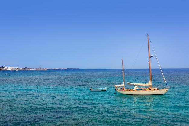 Spiaggia di lanzarote playa blanca nell'atlantico Foto Premium