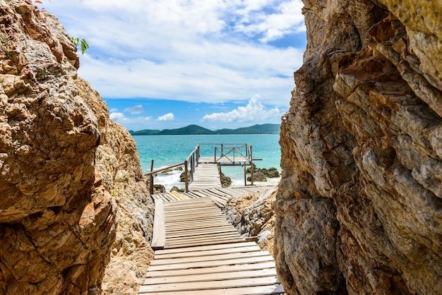 Spiaggia di sabbia bianca con mare blu su kohkham. Foto Premium