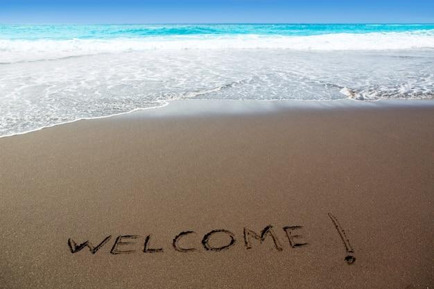 Spiaggia di sabbia marrone con scritta parola di benvenuto Foto Premium