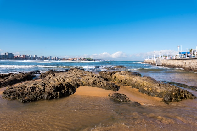 Spiaggia di san lorenzo e turista che cammina su una passeggiata in una giornata di sole Foto Premium