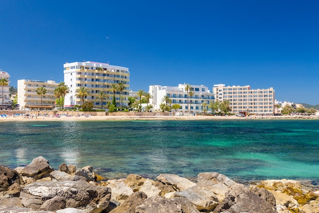 Spiaggia e alberghi della città turistica cala millor. maiorca, spagna Foto Premium