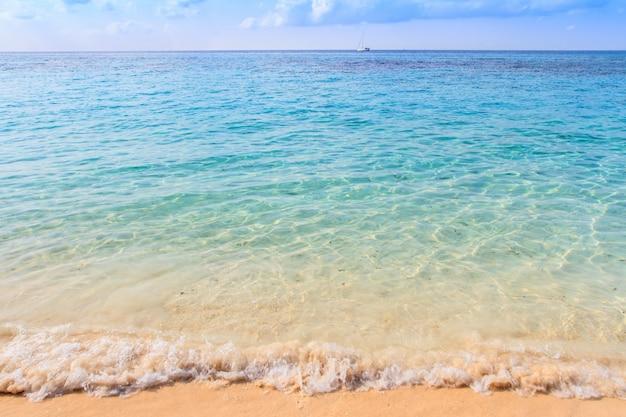Spiaggia e in cielo una bellissima isola tropicale Foto Premium