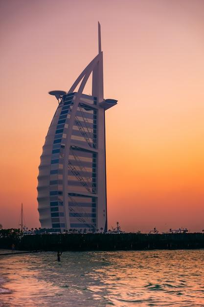 Spiaggia pubblica a jumeirah, dubai Foto Premium