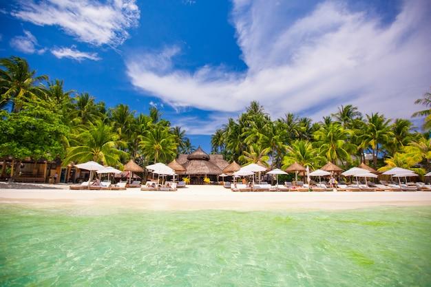 Spiaggia soleggiata bianca tropicale nella bella località esotica Foto Premium