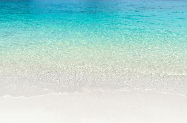 Spiaggia tropicale di estate e priorità bassa blu trasparente dell'acqua di mare. Foto Premium