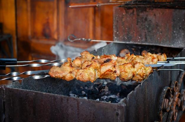 Spiedini con la carne fritta sul carbone. shashlik tradizionale. Foto Premium